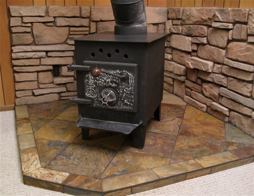 estufa de metal con chimenea