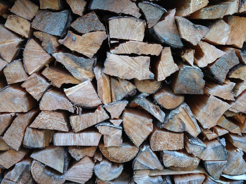 madera apilada para quemar